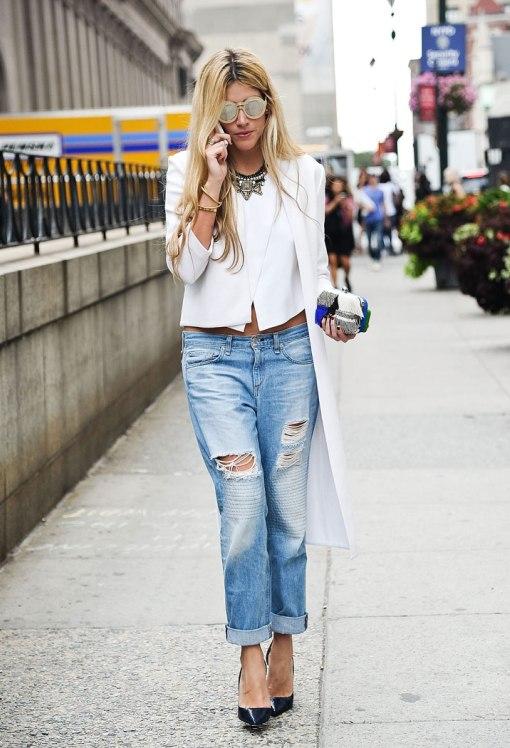 Рваные джинсы как уличная мода. Девушка в рваных джинсах