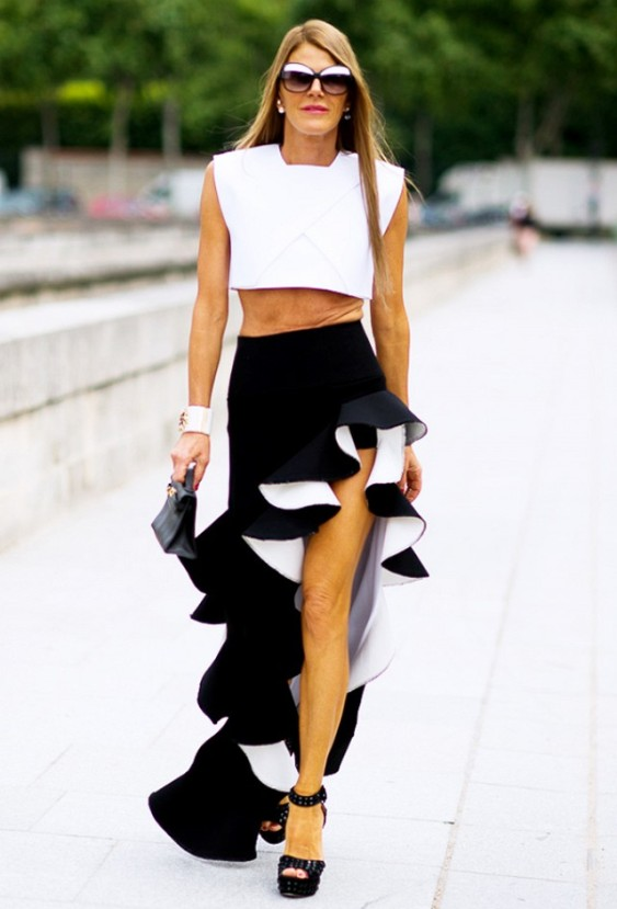 Черная длинная юбка с воланами, подбитая белой тканью