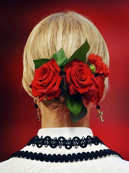 Прическа, украшенная аксессуаром в виде красных роз
