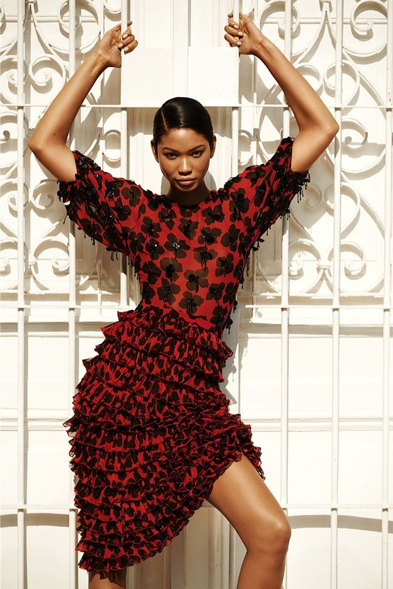 Темно-красное узко платье с мелкими воланами