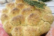 Белый хлеб в виде булочек