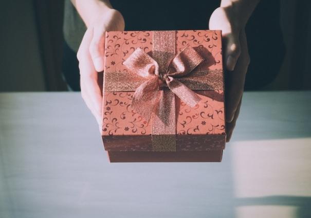 Подарочная коробка в руках
