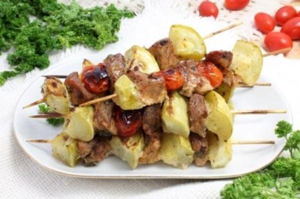Свиной шашлык с помидорами черри и кабачками