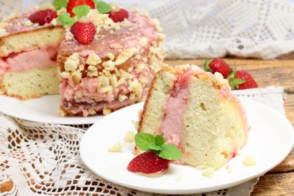 Бисквитный торт с клубничным кремом