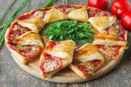 Пицца солнце из дрожжевого слоеного теста