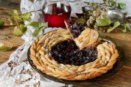 Пирог из слоеного дрожжевого теста с вишнями