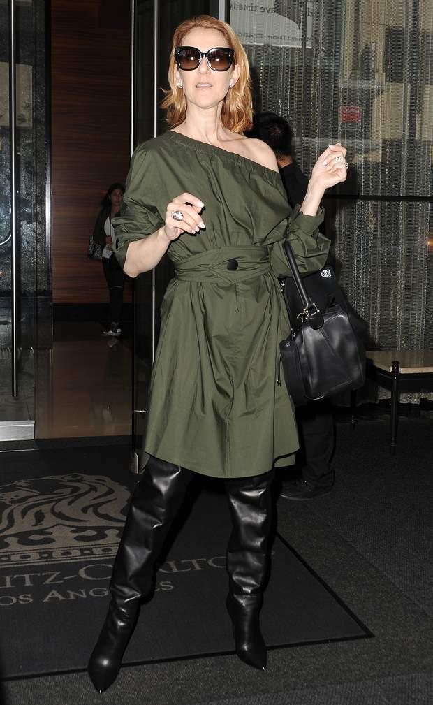 Селин Дион в платье защитного цвета и черныъ ботфортах