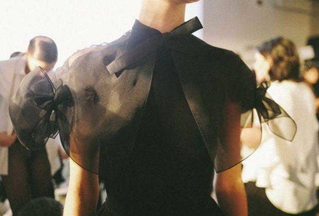 Черная полупрозрачная блуза в романтическом стиле
