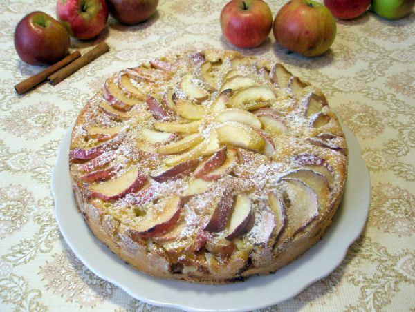 Шарлотка из бисквитного теста с яблоками