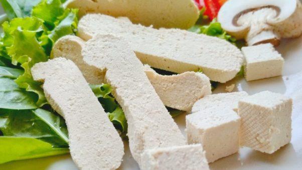 Тофу с листьями салата