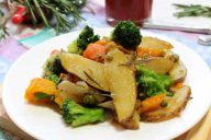 Овощное рагу из ьрокколи, картофеля, моркови, лука