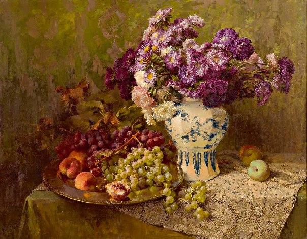 Натюрморт с хризантемами в дельфтской вазе, виноградом и персиками на блюде. Клара фон Сиверс